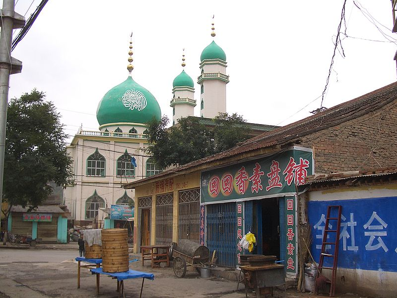 800px-5726-Linxia-City-a-mosque-and-Huihui-Xiang-Su-Pen-restaurant-at-the-corner-of-Hongyuan-Xin-Cun-Lu-and-Huancheng-Xi-Lu