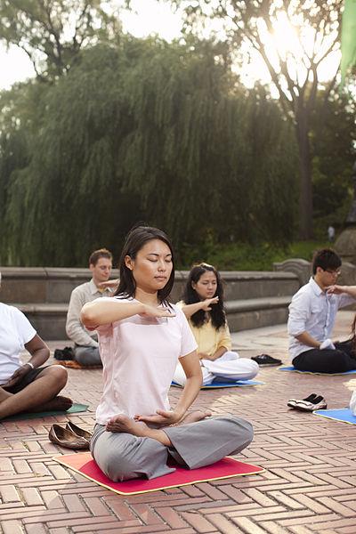 Falun_Gong_Meditation_in_Manhattan_New_York